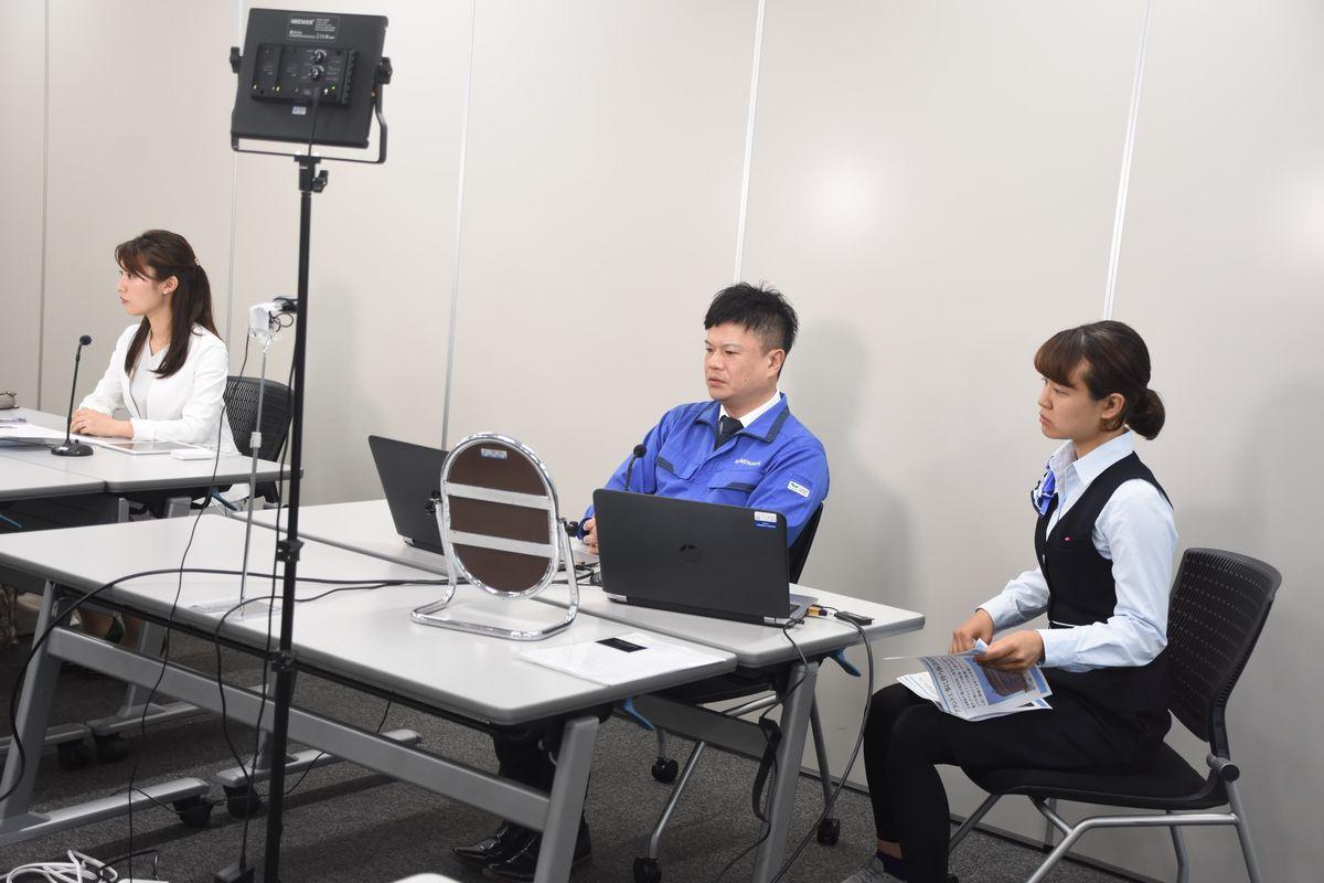 写真・図版 : 企業のオンライン合同説明会。アナウンサー(左)の進行に従って企業の担当者が自社の紹介をした=2020年7月2日、名古屋市中区