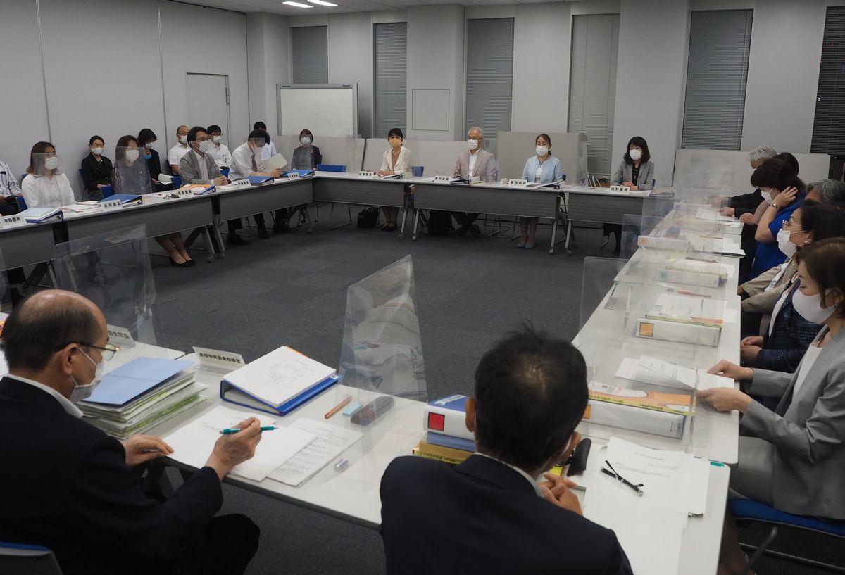 写真・図版 : 7月22日夜に答申をまとめた中央最低賃金審議会=2020年7月22日、東京労働局