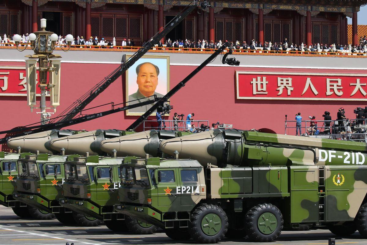 写真・図版 : 中国の軍事パレードで披露された中距離弾道ミサイルDF26=2015年9月、北京の天安門広場。朝日新聞社