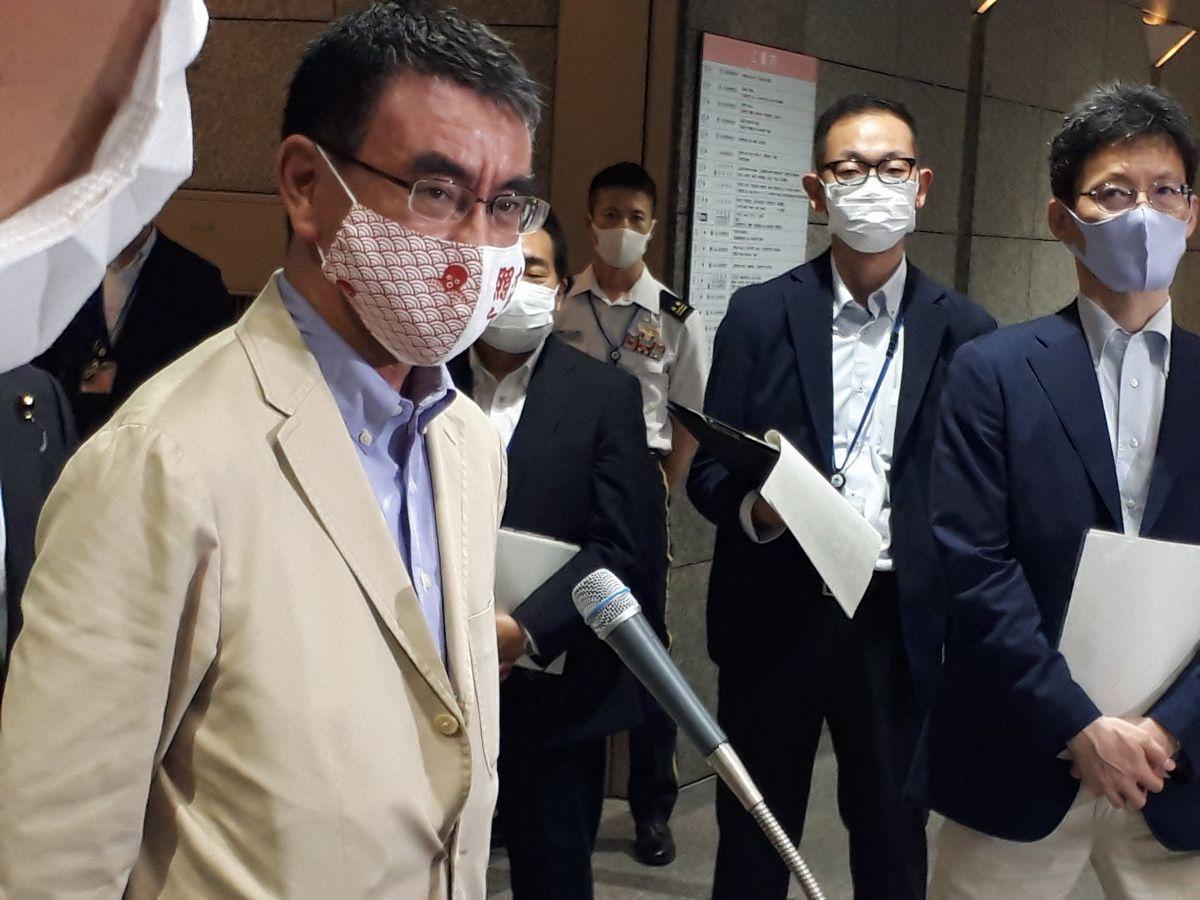 写真・図版 : 記者団の質問に答える河野太郎防衛相=7月、防衛省。藤田撮影