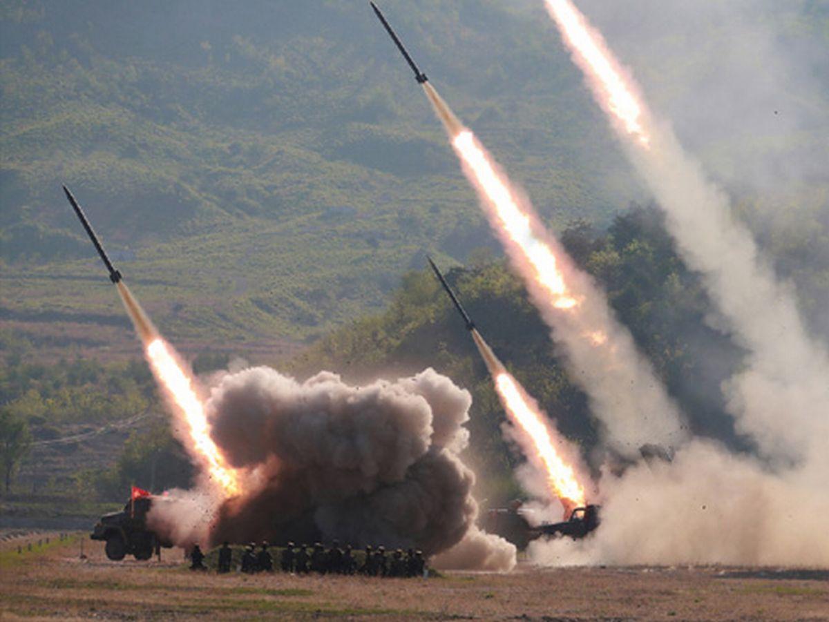 写真・図版 : 北朝鮮が2019年5月に行った火力攻撃訓練=労働新聞ホームページから