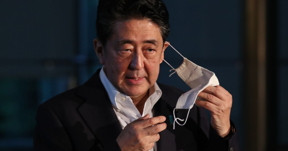 写真・図版 : 記者団の質問に応じる安倍首相=8月4日、首相官邸。朝日新聞社