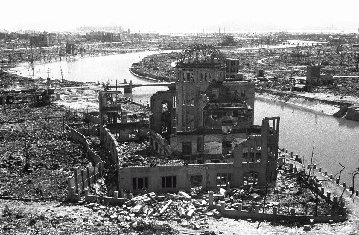 写真・図版 : 被爆直後の爆心地・原爆ドーム付近=1945年、広島市中区。松本栄一撮影