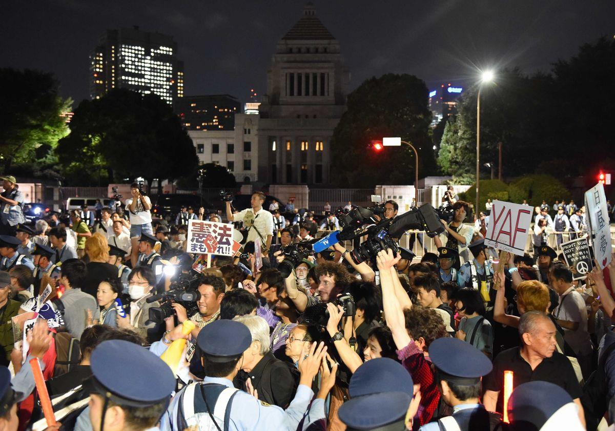 写真・図版 : 2015年9月、安保法制関連法案の廃案を求め国会前で声を上げる人たち=東京・永田町。朝日新聞社