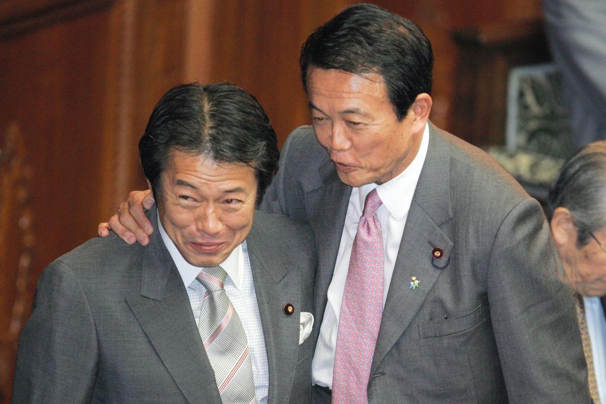 写真・図版 : 2006年11月、衆院本会議中に話す麻生太郎外相(右)と中川昭一政調会長=朝日新聞社
