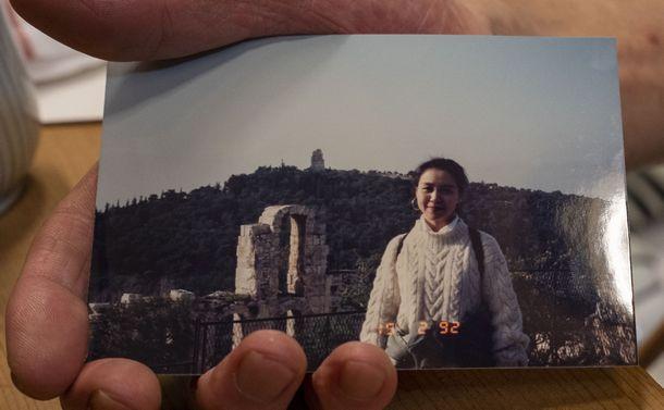 写真・図版 : ALS嘱託殺人事件。亡くなった林優里さんの写真を持つ父の和男さん。ALS発症前の1992年の姿だ=2020年7月24日、京都市中京区