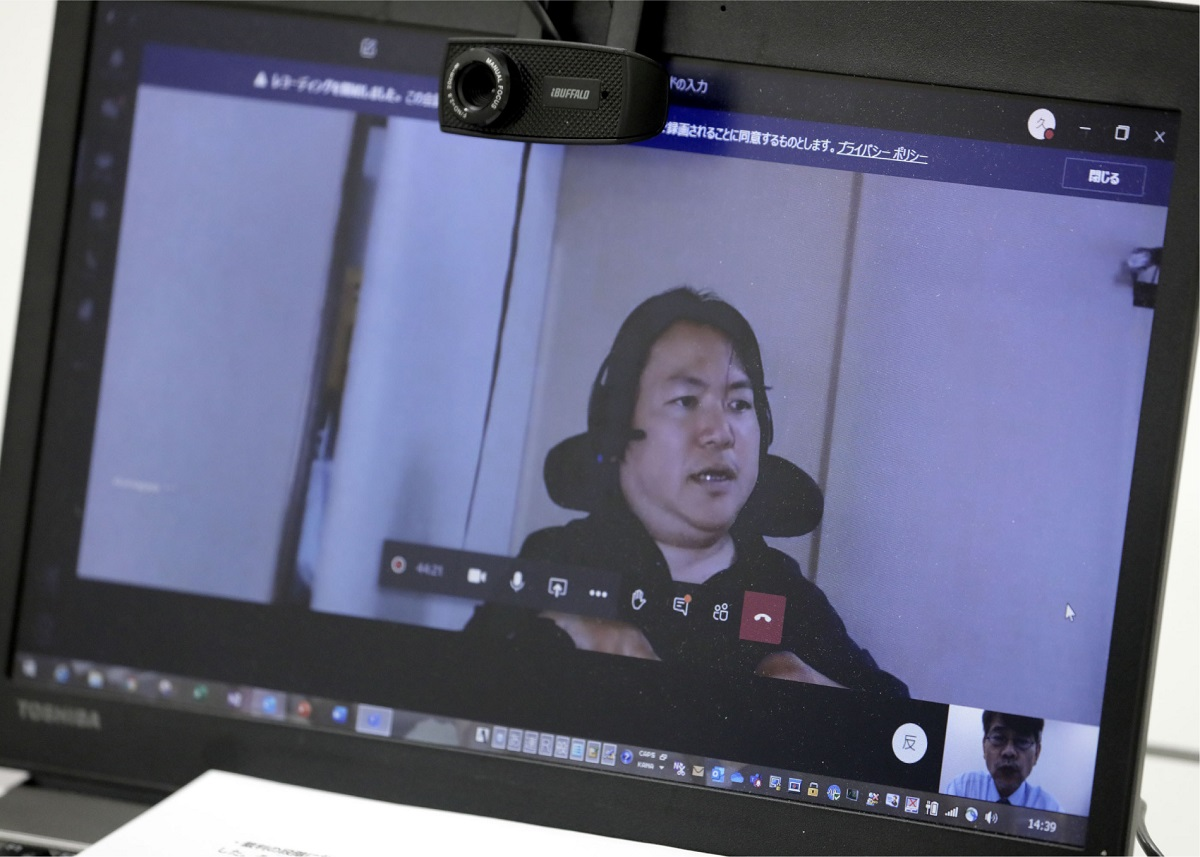 写真・図版 : リモートでインタビューを受ける熊谷晋一郎さん
