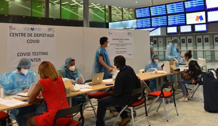 写真・図版 : パリ郊外のシャルル・ドゴール空港到着ロビーに設けられた無料の検査コーナー=2020年7月24日、疋田多揚撮影