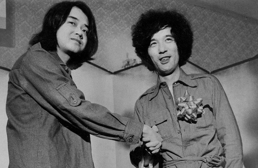 写真・図版 : 芥川賞を同時受賞した三田誠広(右)と画家の池田満寿夫=1977年8月