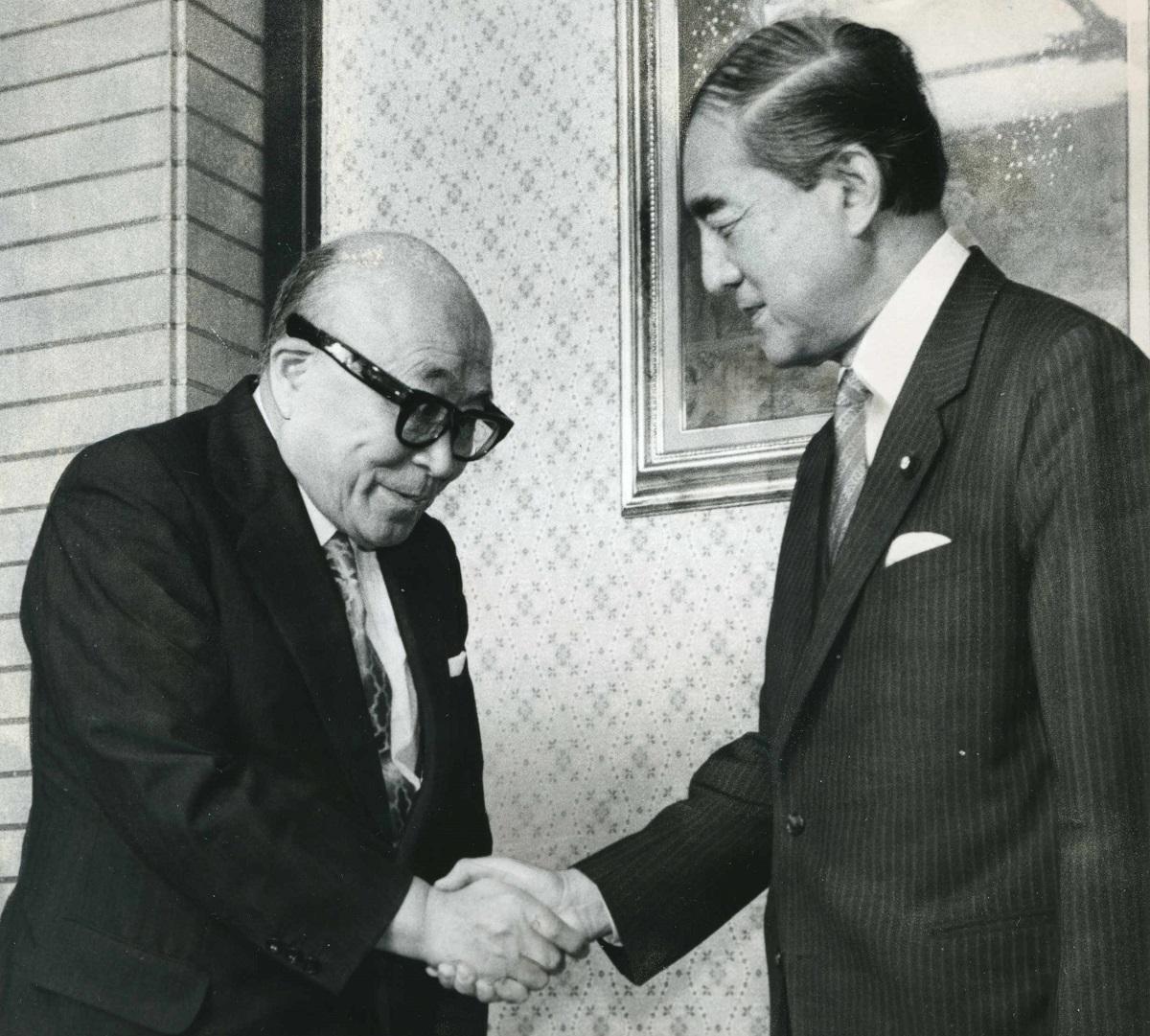写真・図版 : 中曽根康弘首相(右)と臨時教育審議会の岡本道雄会長=1984年
