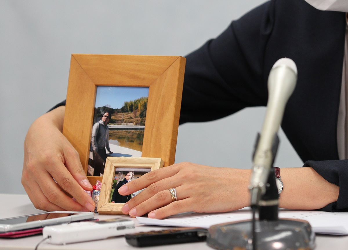 写真・図版 : 森友公文書改ざん訴訟第1回口頭弁論を終えた会見の冒頭、赤木俊夫さんの写真を置く妻の雅子さん=2020年7月15日午、大阪市