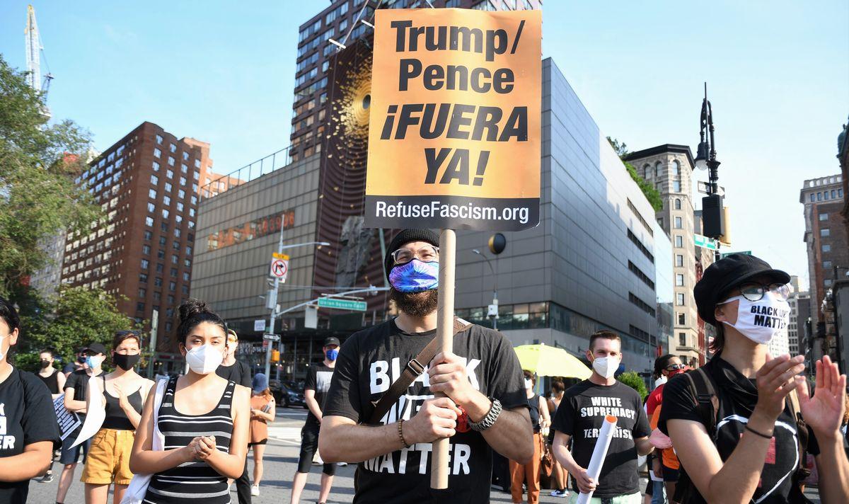 写真・図版 : ジョージ・フロイドさんが亡くなった事件を機に始まった抗議デモの現場では、トランプ大統領の退陣を求める声が高まっている=2020年7月25日、米ニューヨーク、藤原学思撮影