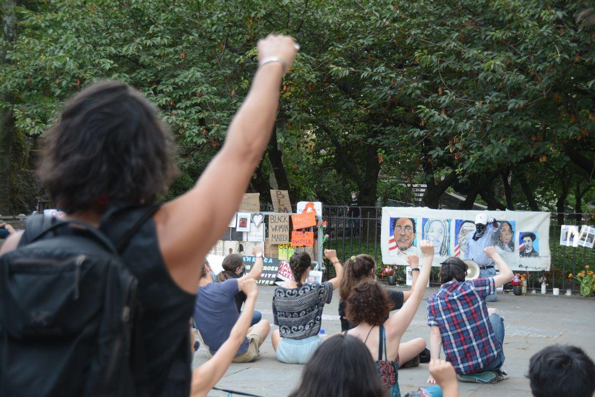 写真・図版 : ジョージ・フロイドさんの死を悼み、人種差別に抗議する集会=2020年6月26日、米ニューヨーク、江渕崇撮影