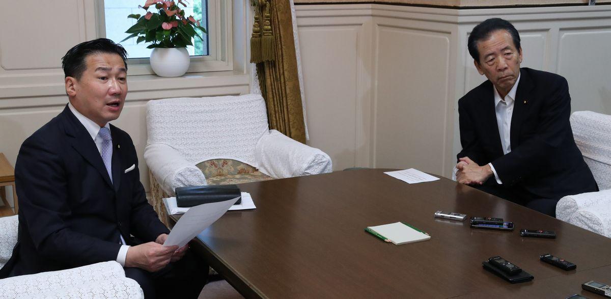 写真・図版 : 会談を終え、取材に応じる立憲民主党の福山哲郎幹事長(左)と国民民主党の平野博文幹事長(右)=2020年7月29日午前、国会内