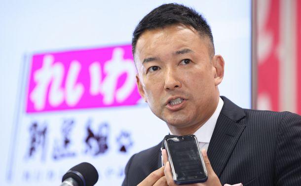 写真・図版 : 東京都知事選に敗北し、質問に答える山本太郎氏=2020年7月5日、東京都新宿区