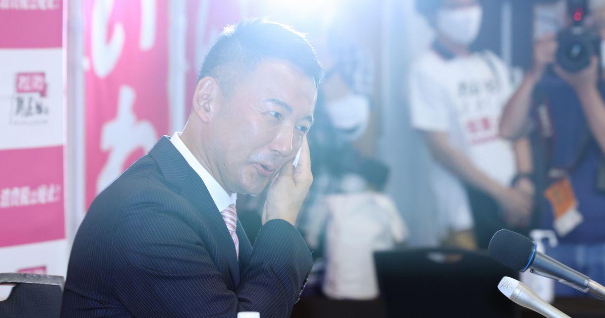 写真・図版 : 東京都知事選の落選、会見中に汗をぬぐう山本太郎氏=2020年7月5日午後、東京都新宿区