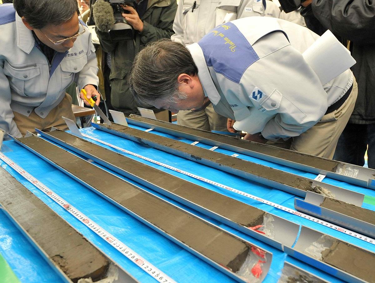 写真・図版 : 天正大地震における若狭湾の津波痕跡調査をする専門家たち=2012年1月10日、京都府京田辺市
