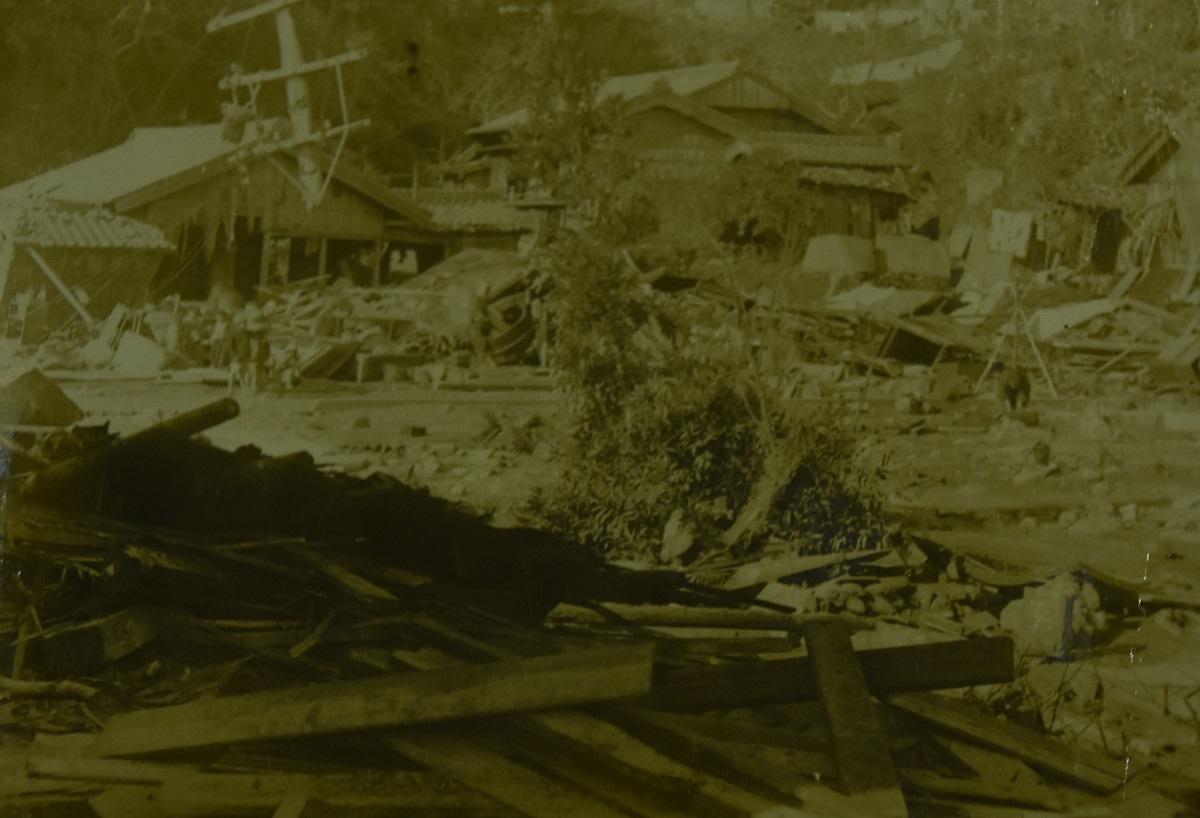 写真・図版 : 和歌山県警尾鷲警察署の沿革誌に残っていた昭和東南海地震の写真。写真の隣には「尾鷲町天満浦附近ノ惨状」と記されていた