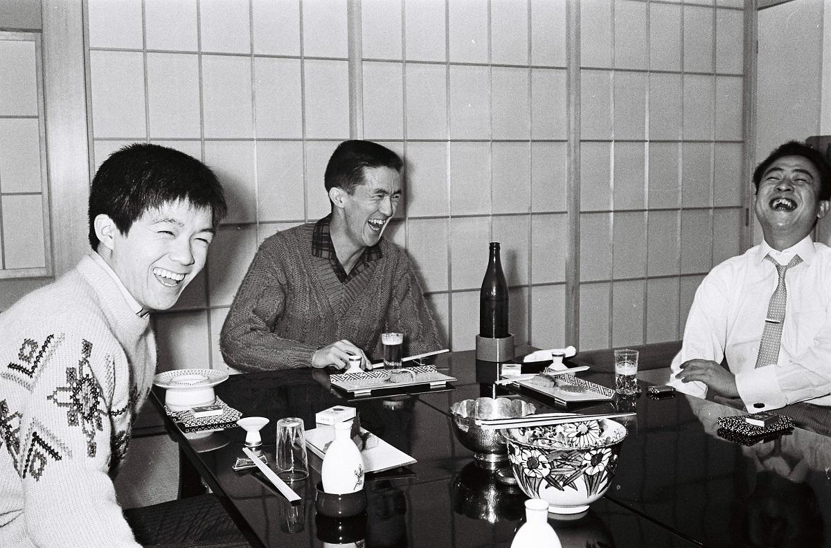 写真・図版 : 左から坂本九、永六輔、中村八大=1962年1月