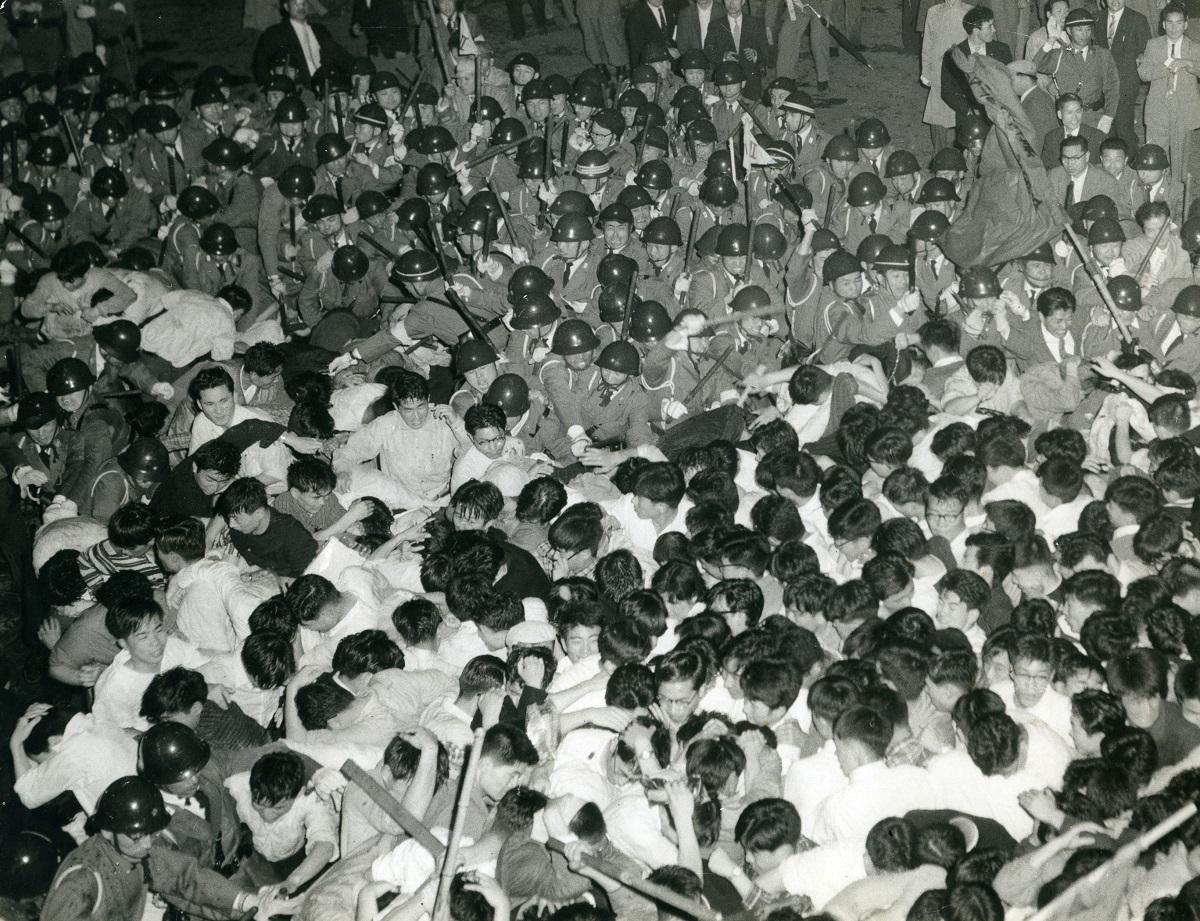 写真・図版 : 国会周辺で衝突する安保反対の学生と警官隊。この日、東大生の樺美智子さんが亡くなった=1960年6月15日