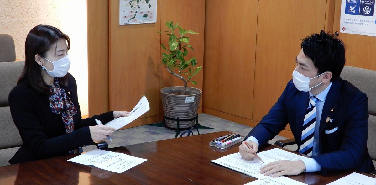 写真・図版 : 小泉進次郎環境大臣への申し入れ。左は塩村あやか氏=塩村氏提供