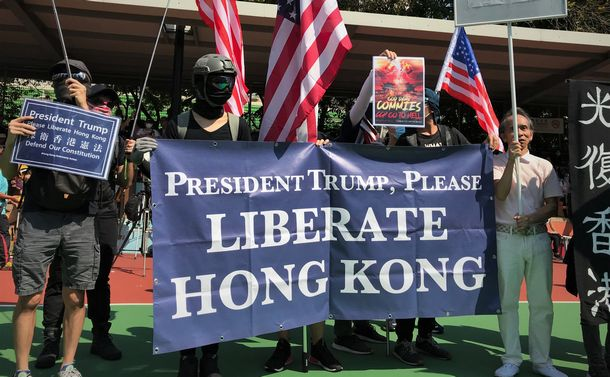 写真・図版 : 香港でデモ行進をする若者たちは「トランプ大統領、香港を解放して」と書かれた横断幕を掲げていた=2019年9月21日、香港・屯門、峯村健司撮影