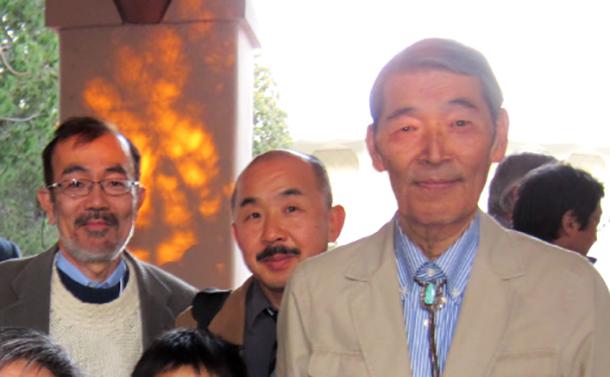 写真・図版 : 80歳誕生日記念のシンポジウムにて。右が小西正一先生、隣は筆者、左は藤田一郎教授=2013年、藤田教授提供