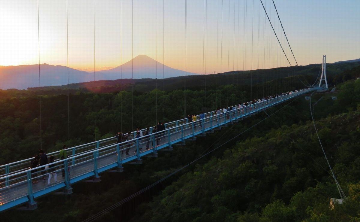 写真・図版 : 歩行者専用では日本一長い吊り橋「三島スカイウォーク」。雄大な富士の峰が一望できる(2018年、筆者撮影)
