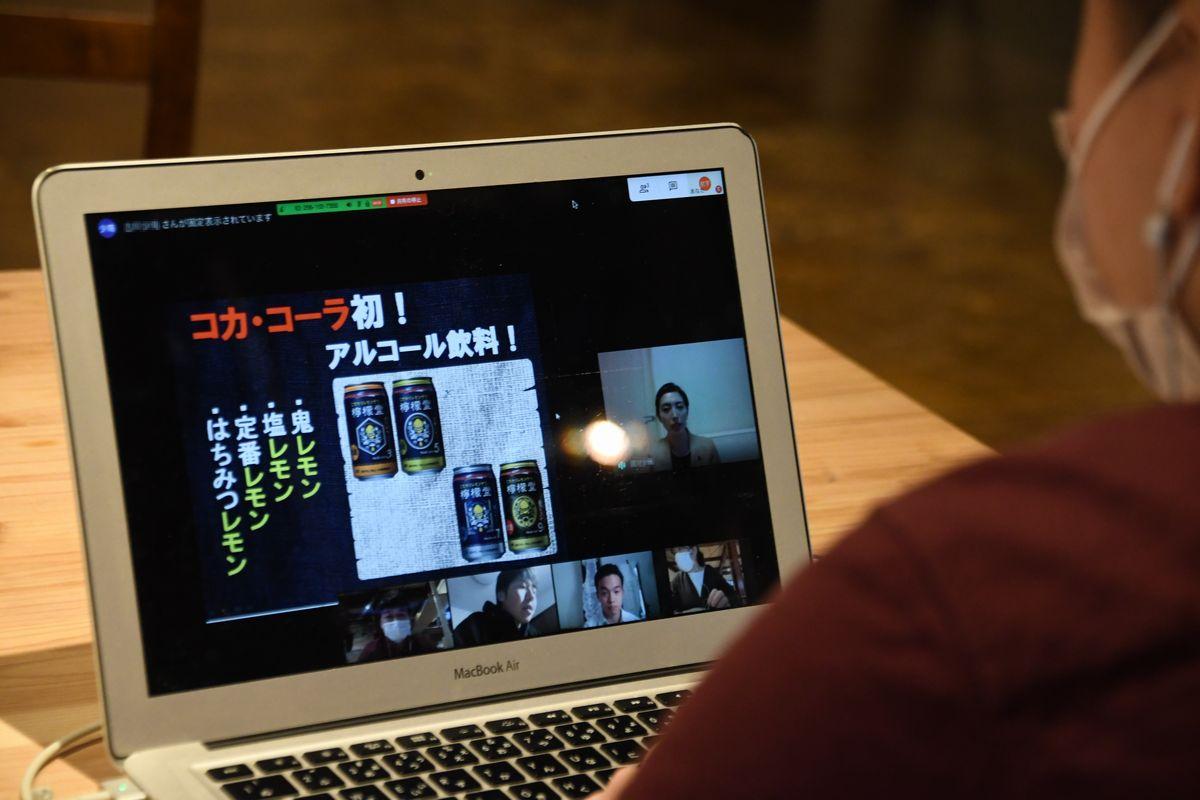 写真・図版 : Zoomを使ってオンライン合同企業説明会に参加する学生=2020年4月25日、札幌市北区