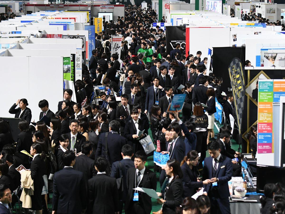 2019年の就活解禁日には、企業の話を聞こうと多くの学生が集まった=2019年3月1日福岡市中央区のヤフオクドーム