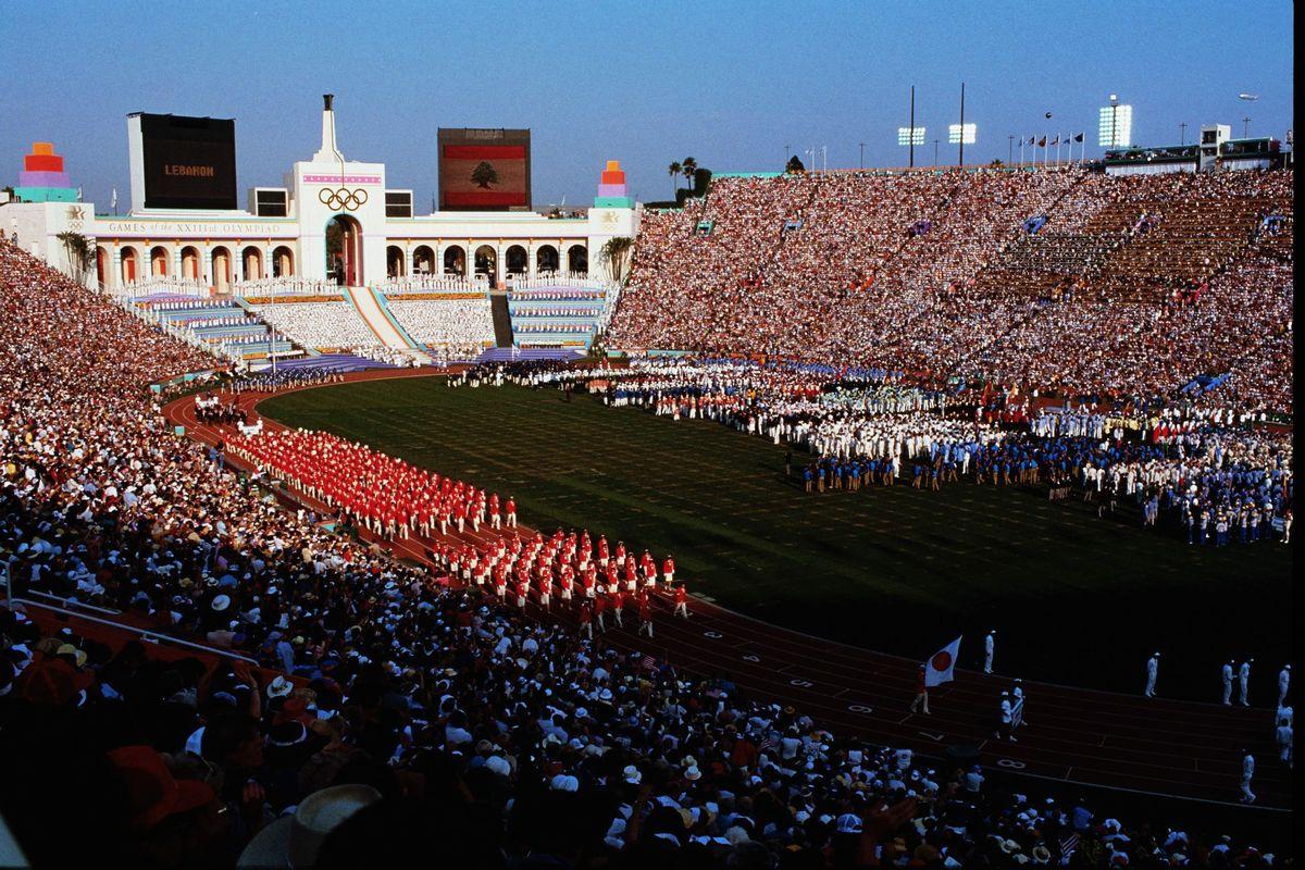 写真・図版 : 第23回ロサンゼルスオリンピックの開会式。日本選手団242人は64番目に入場行進=1984年7月28日、メモリアル・コロシアム