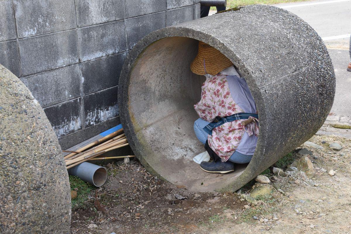 写真・図版 : 2017年6月に新潟県であった原発立地県で初のミサイル避難訓練。コンクリート製の円筒に隠れる人もいた=同県燕市渡部。朝日新聞社