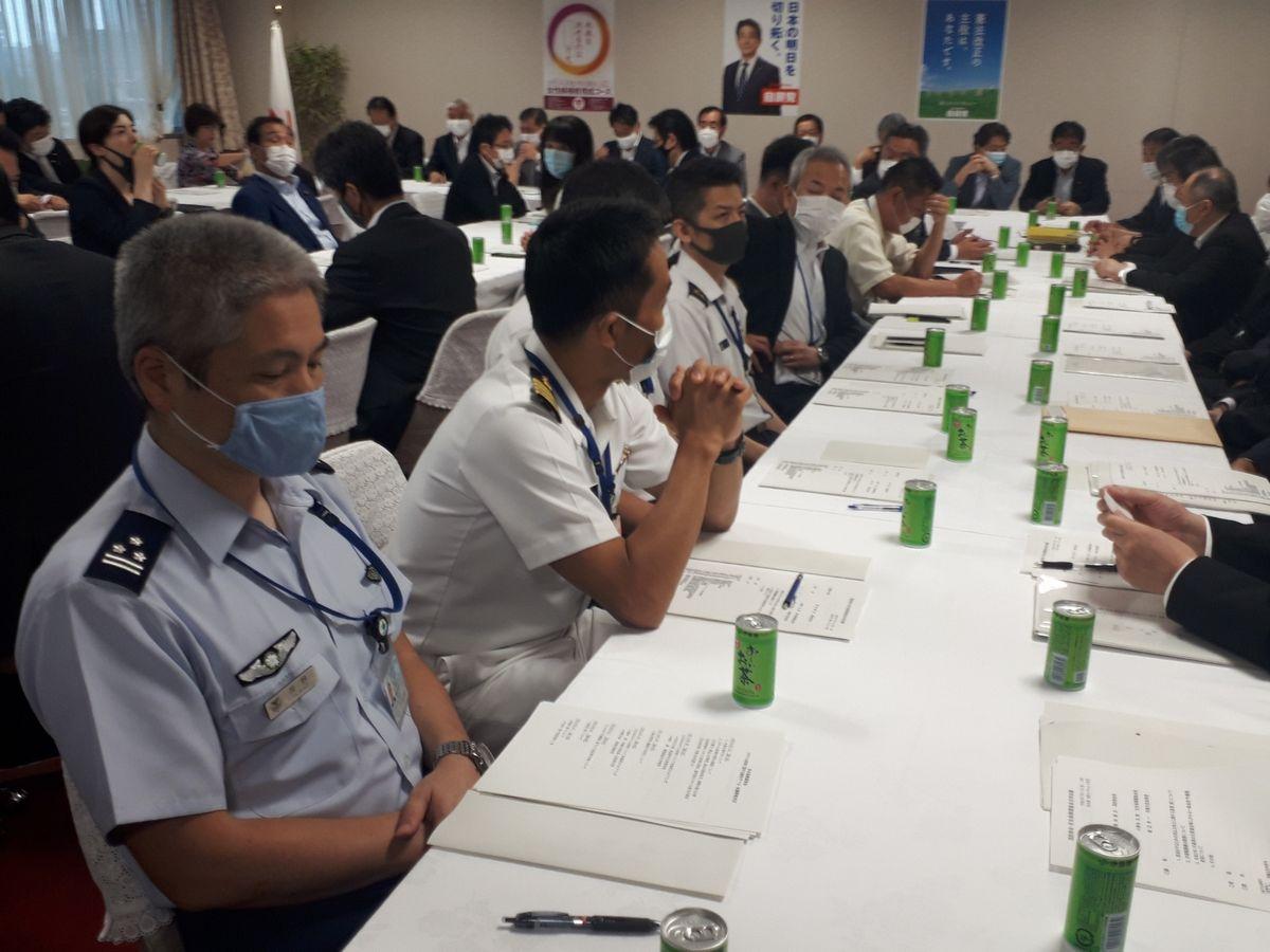 写真・図版 : 自衛隊の制服組も出席した、自民党の国防部会と安全保障調査会の合同会議=7月31日、東京・永田町の自民党本部。藤田撮影