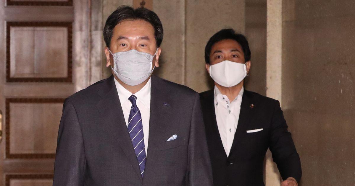 写真・図版 : 立憲民主党の枝野幸男代表(左)と国民民主党の玉木雄一郎代表=2020年7月30日、国会内