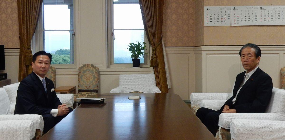 写真・図版 : 会談前、撮影に応じる立憲民主党の福山哲郎幹事長(左)と国民民主党の平野博文幹事長=2020年7月15日、国会