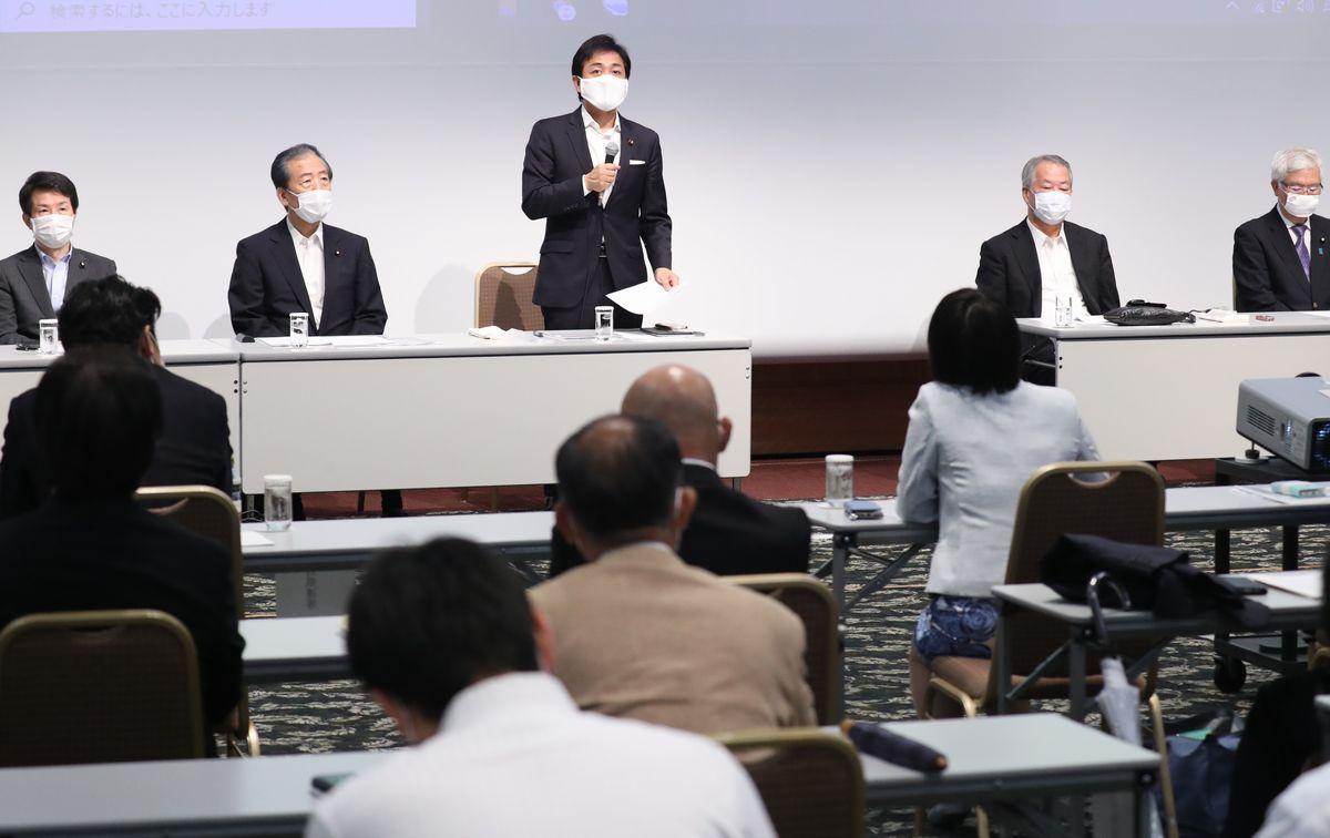 写真・図版 : 国民民主党の両院議員懇談会であいさつする玉木雄一郎代表(中央)=2020年7月17日、東京都千代田区、