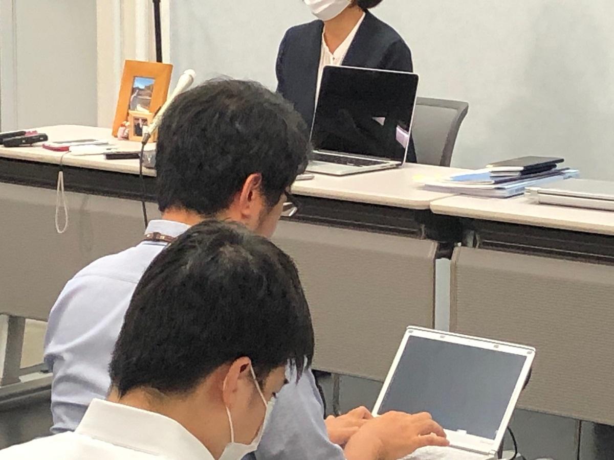 写真・図版 : 国賠訴訟第1回口頭弁論を終え、赤木俊夫さんの写真とともに記者の質問に答える妻の雅子さん=2020年7月15日、大阪市