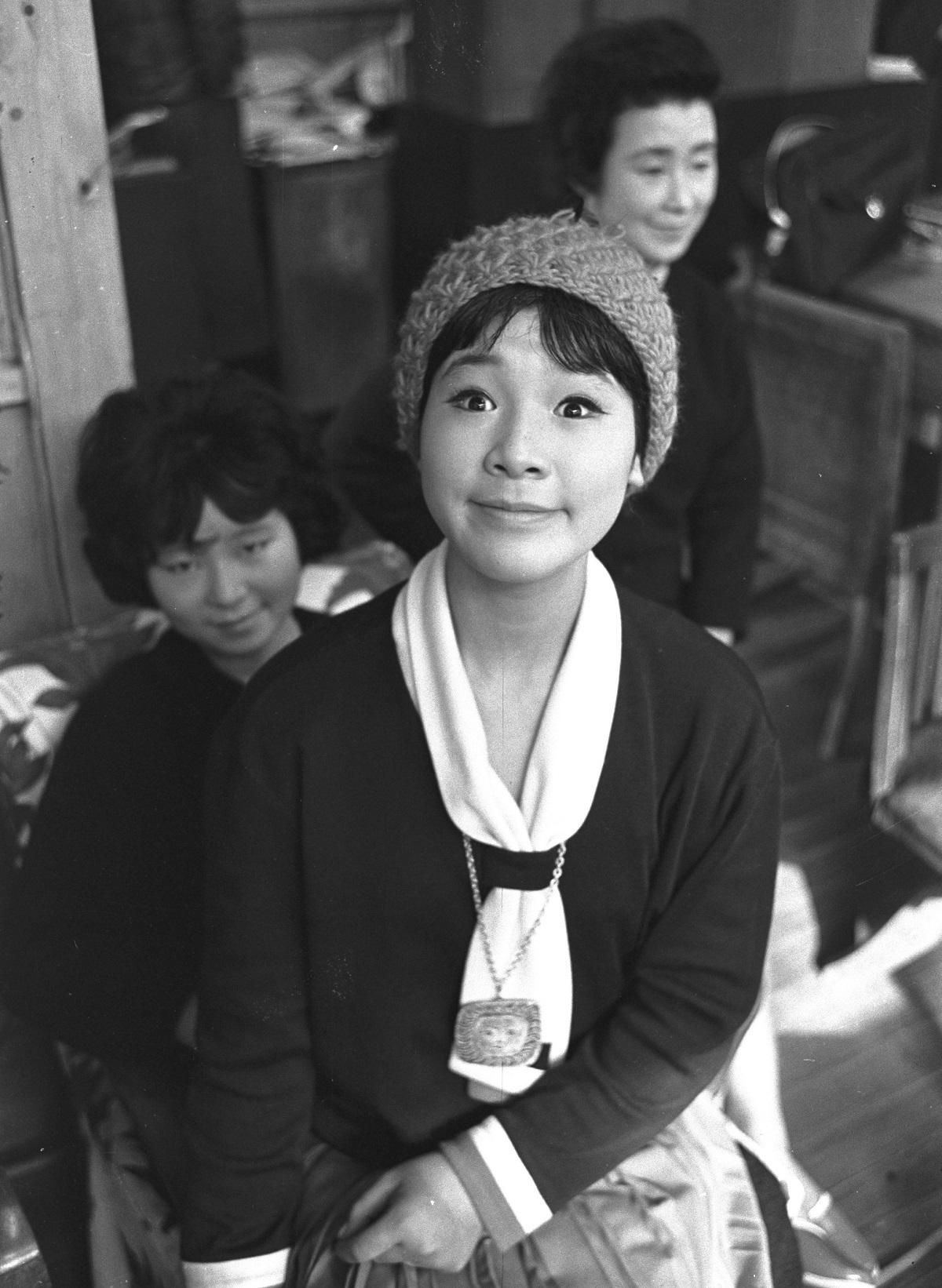写真・図版 : デビュー翌年、母よし子さん(後ろ)、姉の和子さんと=1962年1月