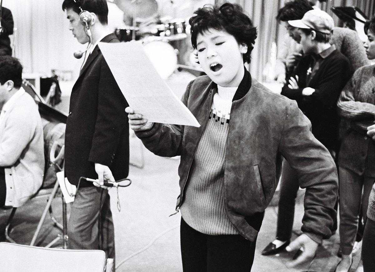 写真・図版 : フジテレビ「ヒット・キット・ショー」のリハーサルで 「子供ぢゃないの」を歌う弘田三枝子=1962年2月