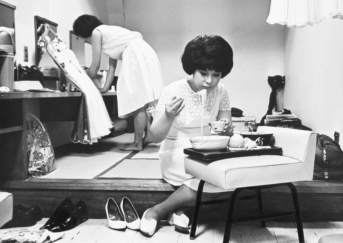 写真・図版 : テレビ番組の公開録画前に冷や麦を食べる弘田三枝子=1965年8月、東京・大田区体育館の楽屋