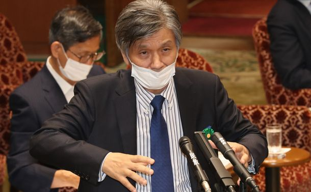 写真・図版 : 参院予算委で答弁する児玉龍彦・東大名誉教授=2020年7月16日