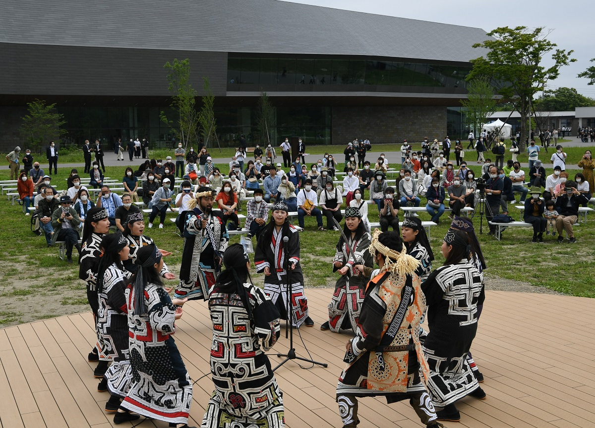 「民族共生象徴空間」(ウポポイ)がオープンし、アイヌ古式舞踊が披露された=2020年7月12日、北海道白老町