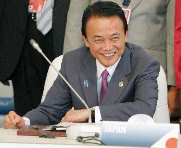 写真・図版 : ラクイラ・サミットの拡大会合で笑顔を見せる麻生太郎首相=2009年7月10日、イタリア・ラクイラ