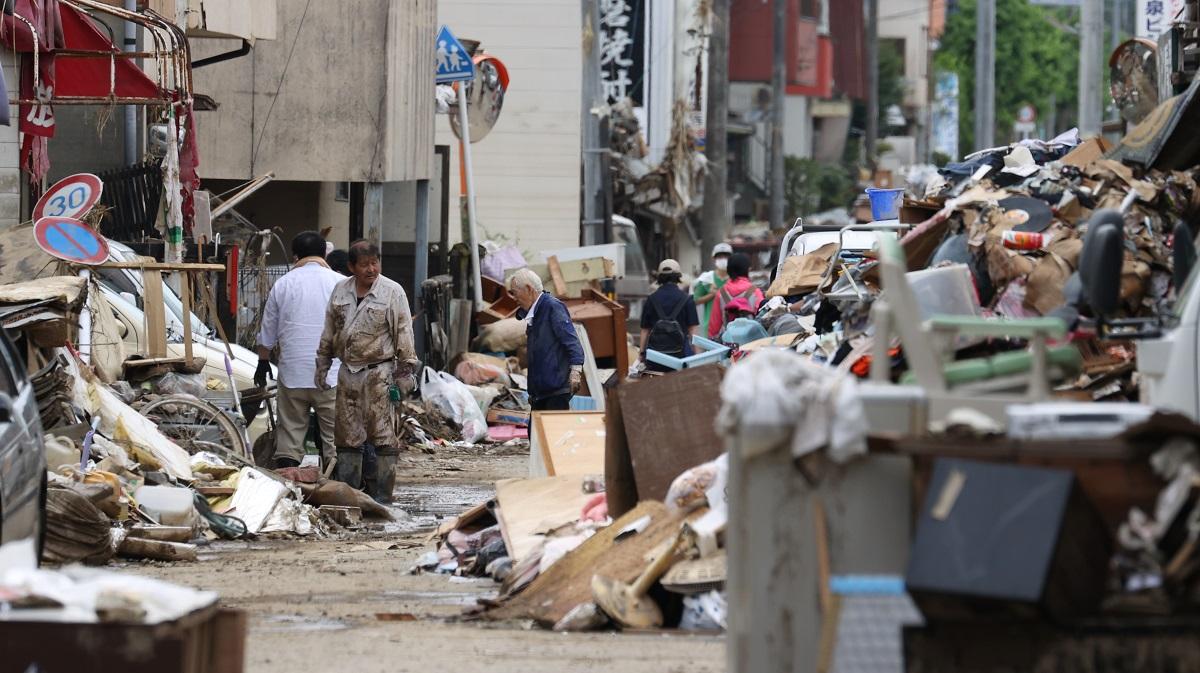 浸水被害を受けた市街地では片付け作業が進み、路肩には廃棄物が積み上げられていた=2020年7月8日午後1時14分、熊本県人吉市、西畑志朗撮影20200708