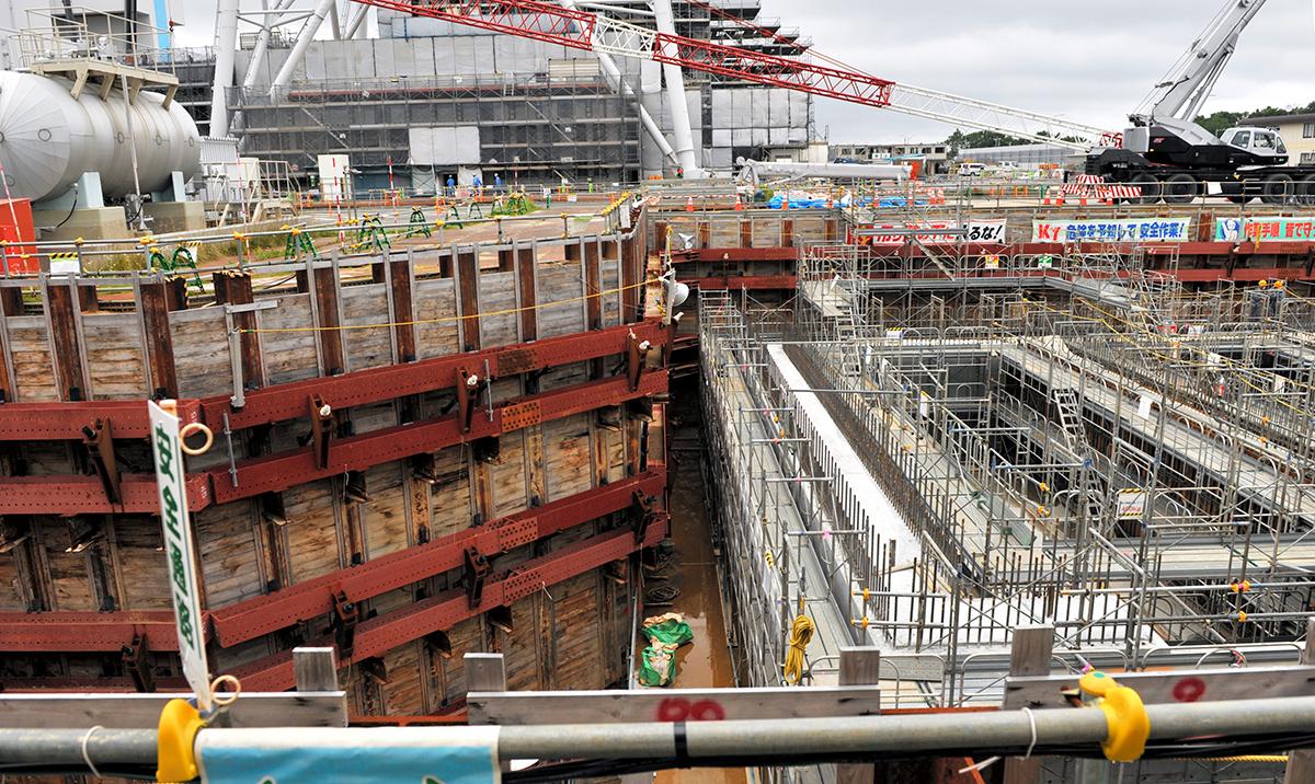 写真・図版 : 工事が進む使用済み核燃料再処理工場=2020年7月15日、青森県六ケ所村、伊東大治撮影
