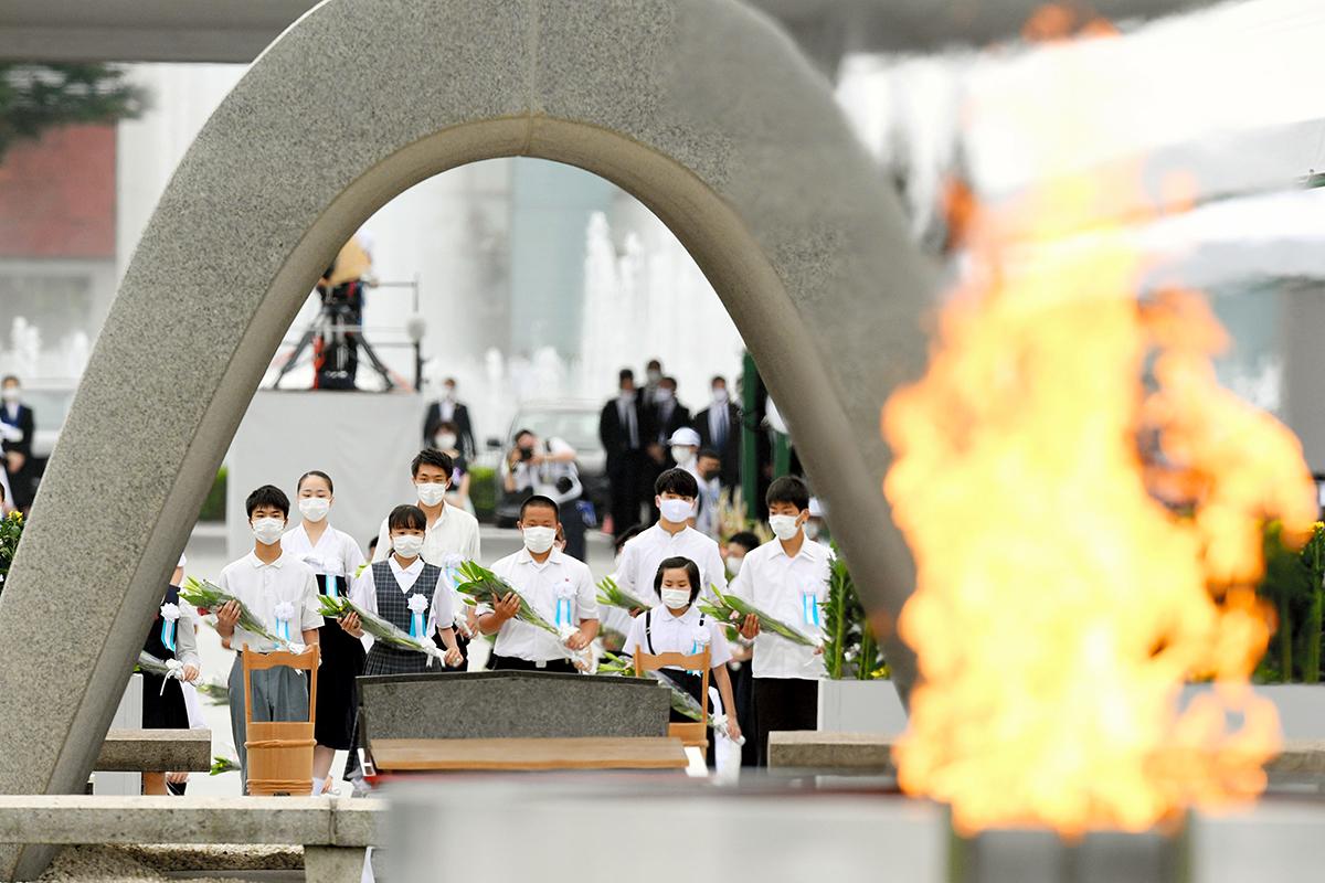 写真・図版 : 原爆死没者慰霊碑に献花する人々=2020年8月6日、広島市中区、白井伸洋撮影