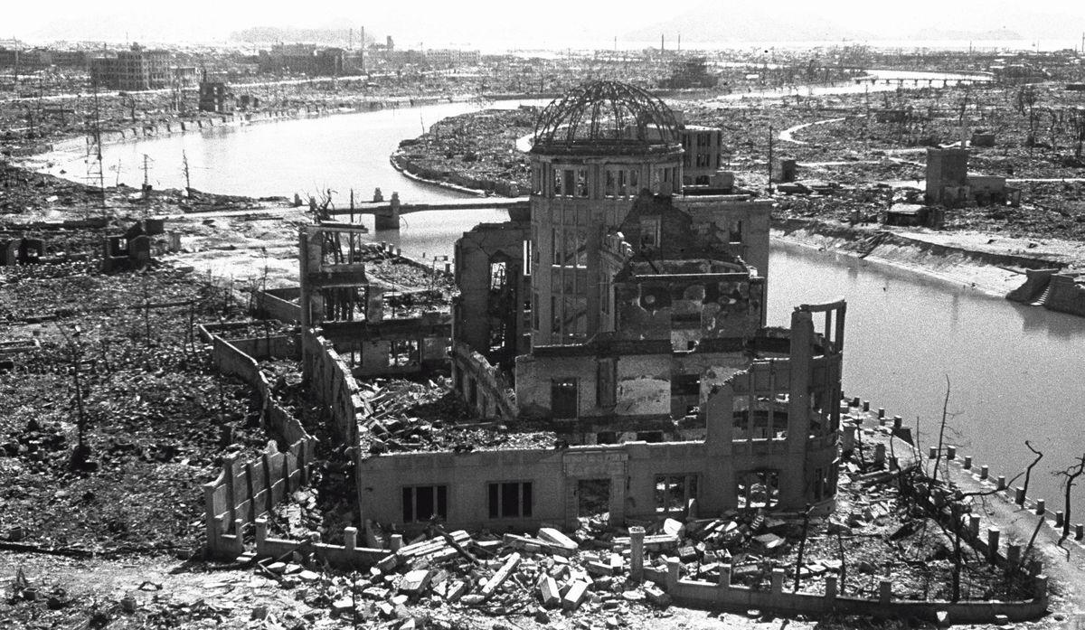 写真・図版 : 励館(原爆ドーム)=1945年8月9日、松本栄一撮影