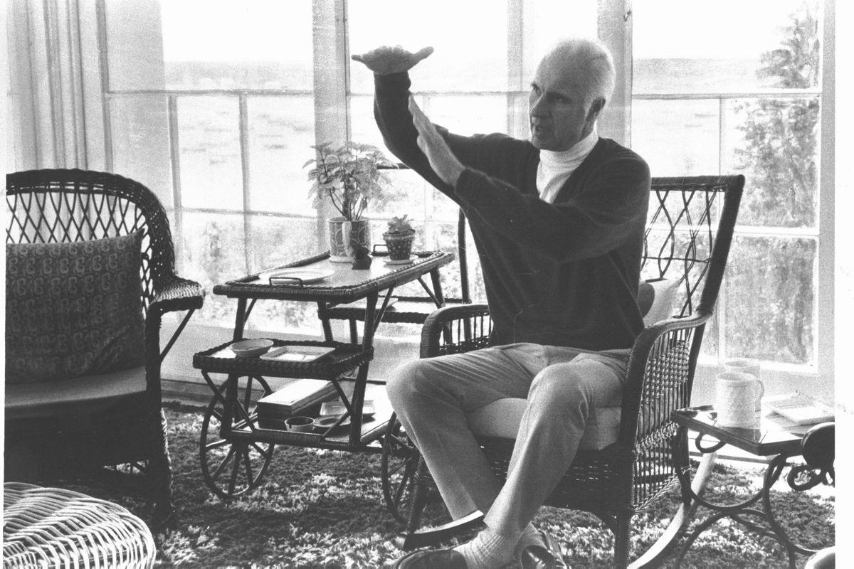 写真・図版 : 朝日新聞の取材に応じるジョン・ハーシー。米マサチューセッツ州で。当時61歳だった=1975年7月10日、朝日新聞写真部撮影