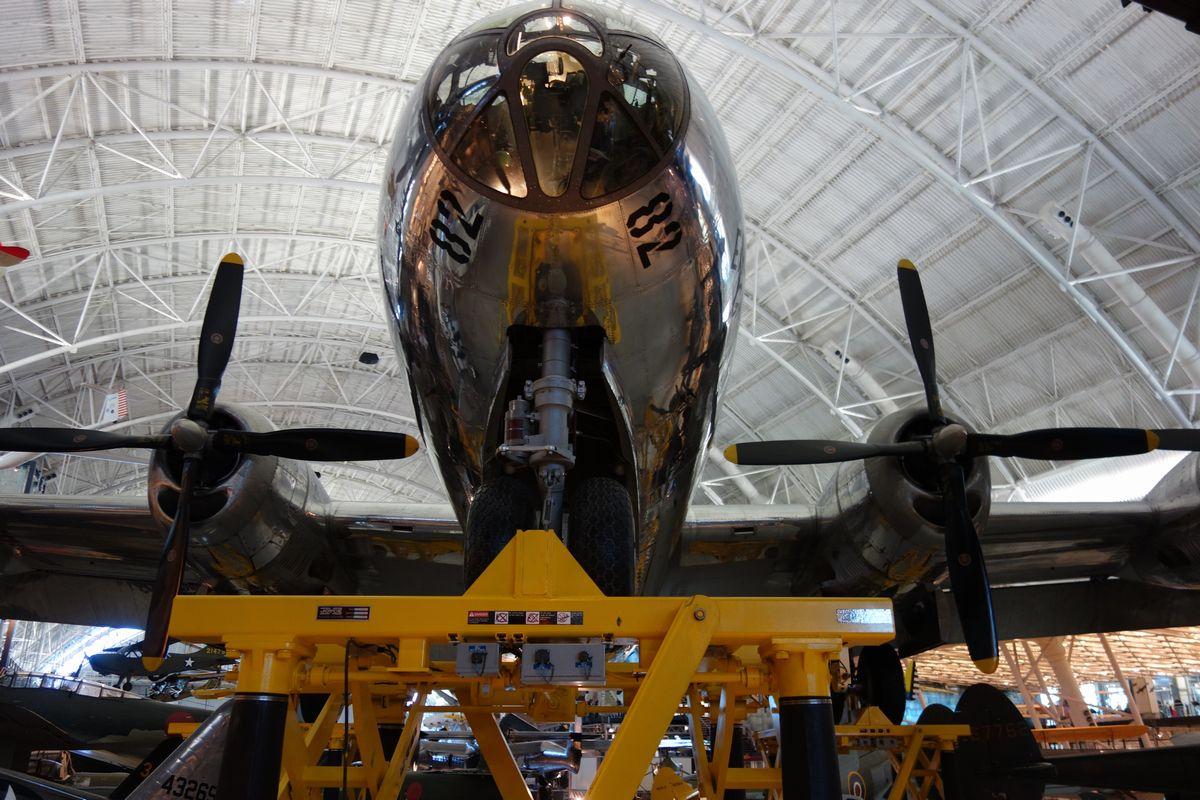 写真・図版 : 広島市に原爆を投下した爆撃機エノラ・ゲイ。ワシントン郊外の航空宇宙博物館別館=2018年11月3日、西村悠輔撮影
