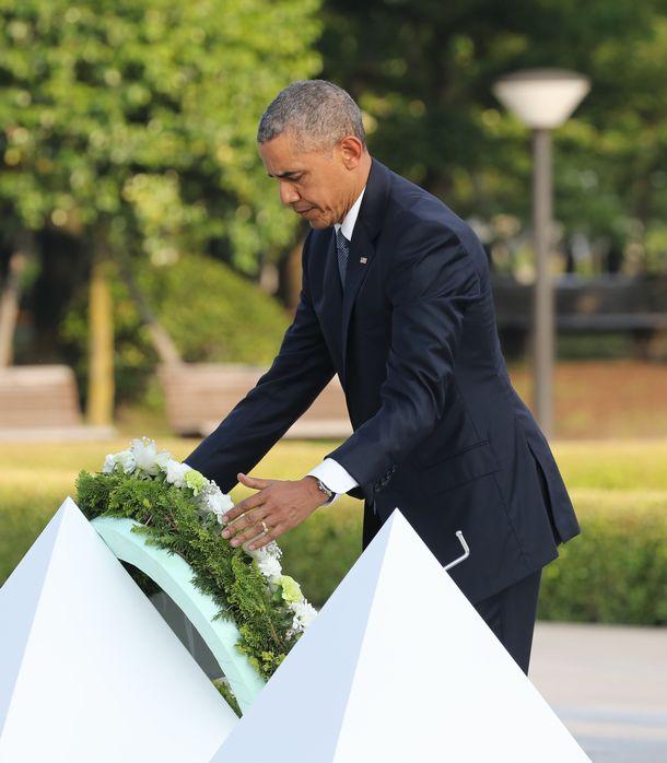 写真・図版 : 広島訪問の際、原爆慰霊碑に献花するオバマ大統領=2016年5月27日、代表撮影